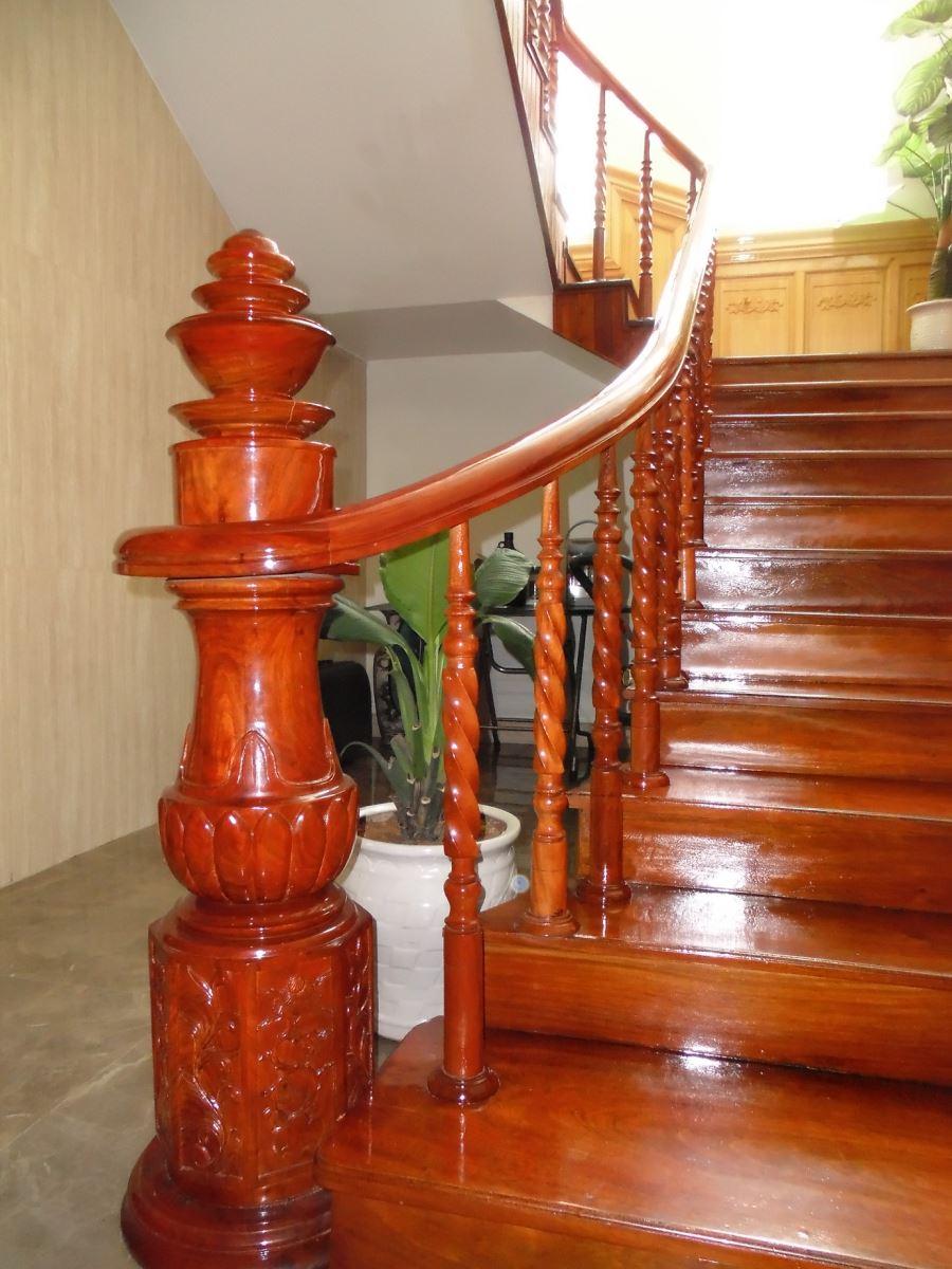 Thiết kế lắp đặt Cầu thang kính Đồng Nai, cầu thang kính tay vịn gỗ Đồng Nai, cầu thang gỗ Đồng Nai