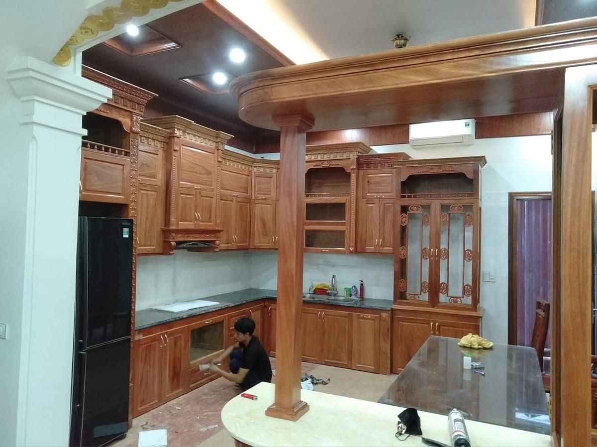 Tủ bếp gỗ gõ kết hợp quầy bar