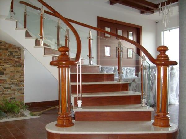 Cầu thang kính Biên Hòa, cầu thang kính tay vịn gỗ Biên Hòa, lan can kính Biên Hòa