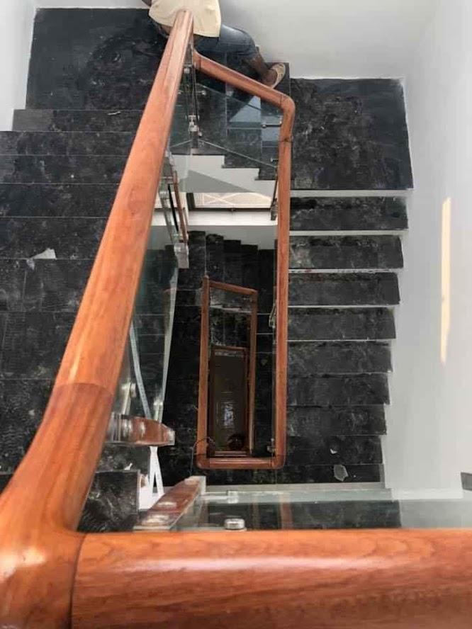 cầu thang kính tay gỗ gõ biên hòa