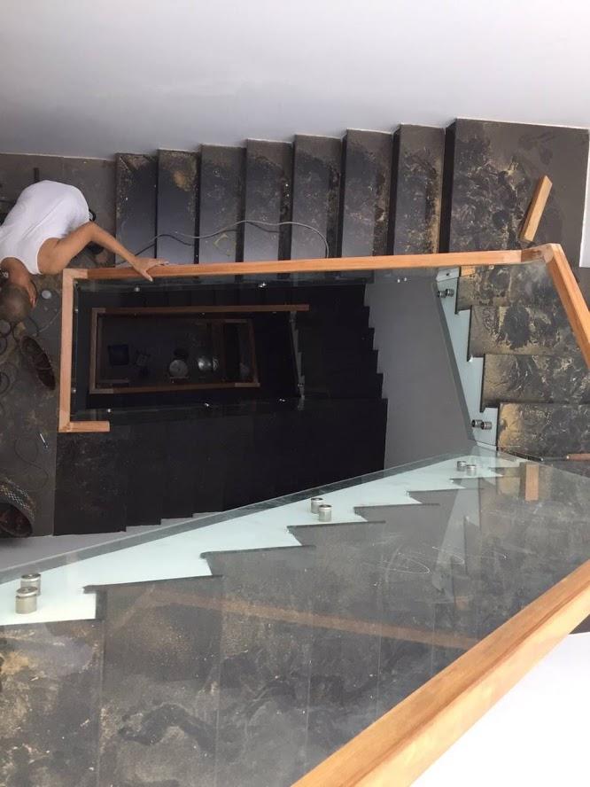 cầu thang kính trụ inox tay gỗ ở biên hòa